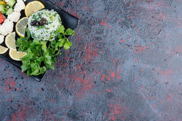 Овощной салат с белым сыром и лимоном.