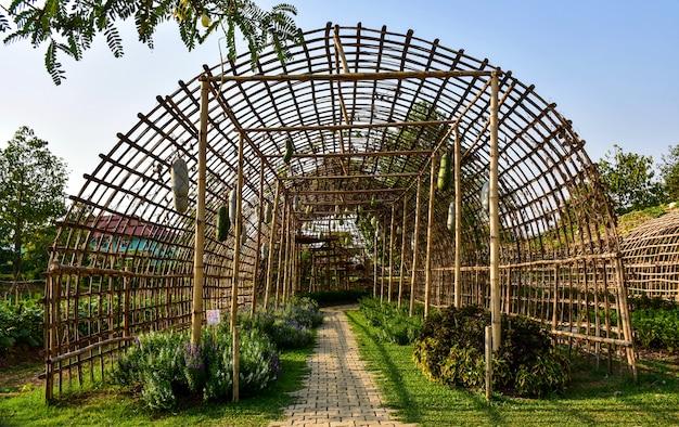 나무와 대나무로 만든 야채 창고.