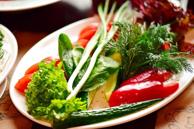 白い皿に野菜のスライス