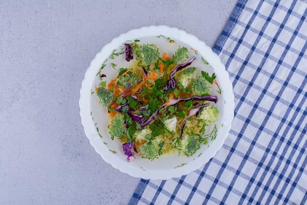 Овощной суп с укропом на мраморном фоне. фото высокого качества