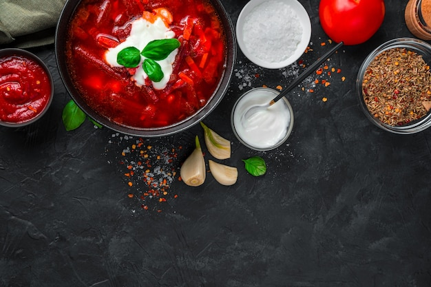 비트 뿌리와 토마토, 보르시와 야채 수프. 복사 공간이있는 상위 뷰. 요리 배경의 개념.