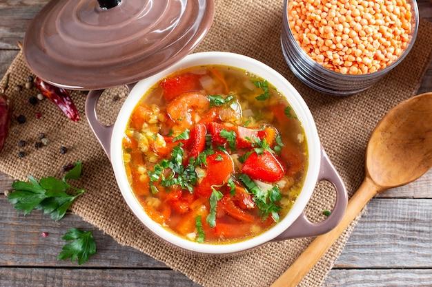 木製のテーブルにレンズ豆と野菜のスープ。健康食品、健康食品。上面図