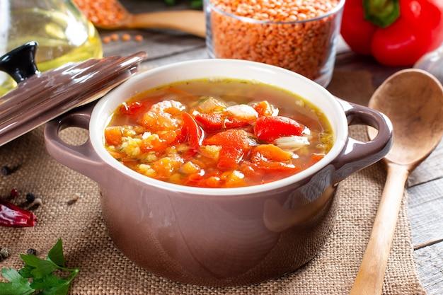 木製のテーブルにレンズ豆と野菜のスープ。健康食品、健康食品