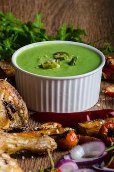 Овощной суп с фрикадельками на деревянном столе