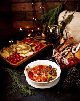 Овощной суп с солеными огурцами и бокалом вина