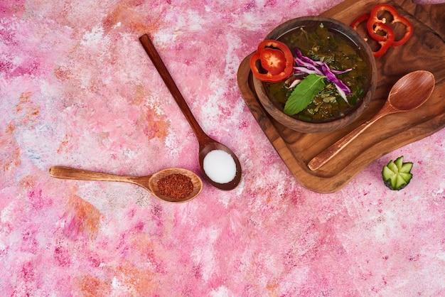 Zuppa di verdure sul piatto di legno.