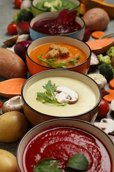 野菜スープと灰色のテーブルの食材。健康的な食事
