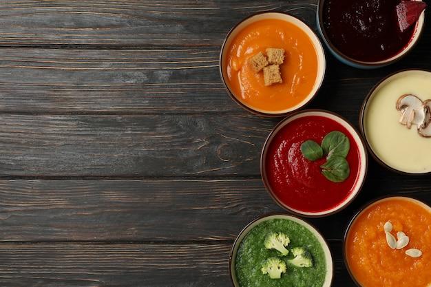 Овощные супы на деревянном, вид сверху