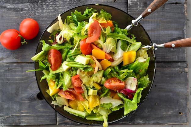 皿に野菜の春夏サラダ。上面図。