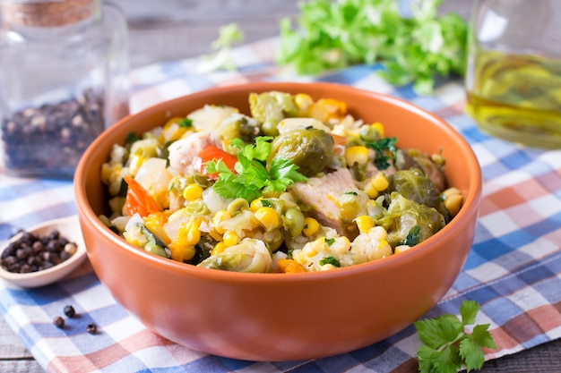 野菜の煮込み古い木製のテーブルの皿に野菜の煮込み