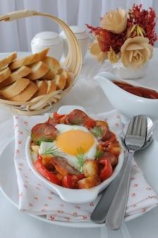 Овощное рагу с колбасой и яйцом с сухариками