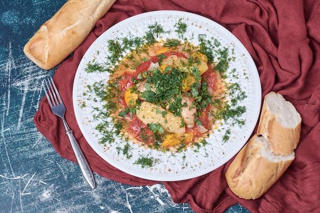 白パンと野菜のシチュー。