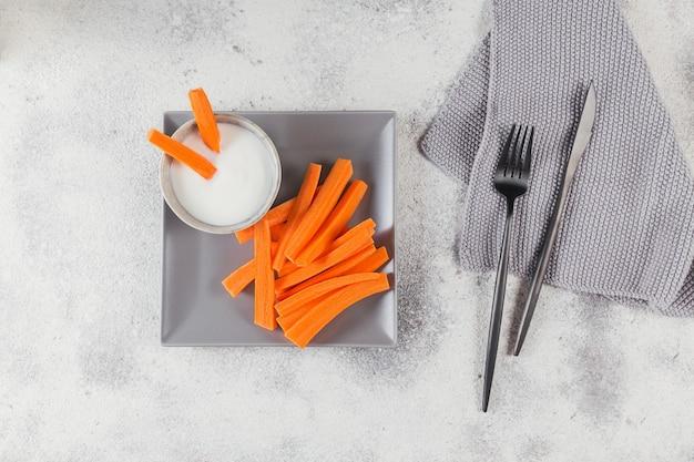 야채는 요구르트 소스 건강 및 다이어트 식품 개념 원시 당근 스틱