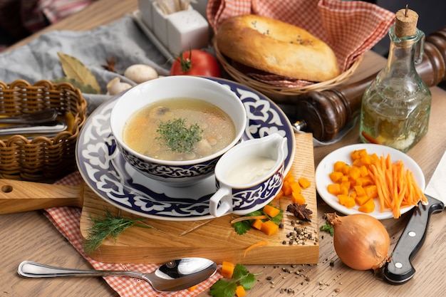 きのこにんじんとディルを添えた野菜のベジタリアンスープと伝統的なウズベキスタンのプレート