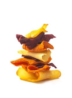 흰색 배경에 격리된 스택에 쌓인 감자, 비트, 당근의 야채 채소 칩