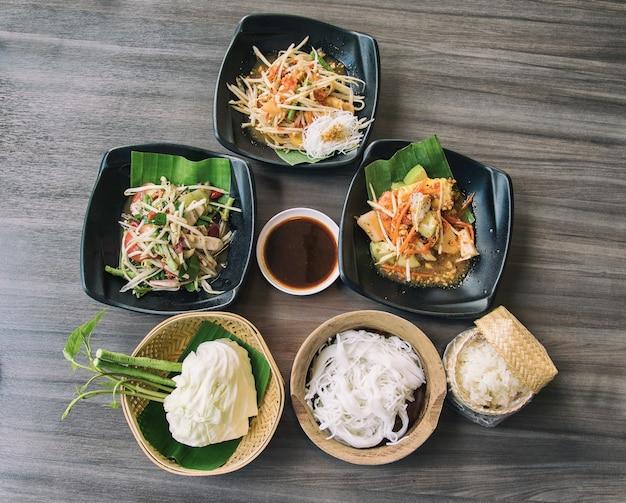 Овощи были приготовлены в традиционном тайском стиле северо-восточного региона. Premium Фотографии