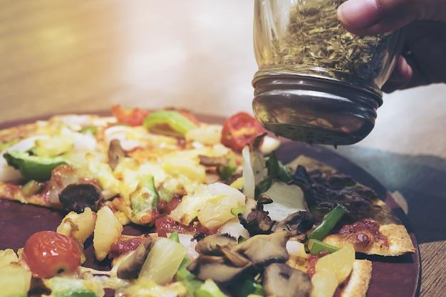 Винтажное фото пиццы с красочным vegetable отбензиниванием готовым быть съеденным