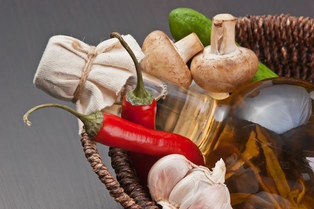 野菜と酢のボトルが付いているバスケット