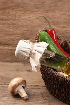 Овощи и бутылка растительного масла в корзине