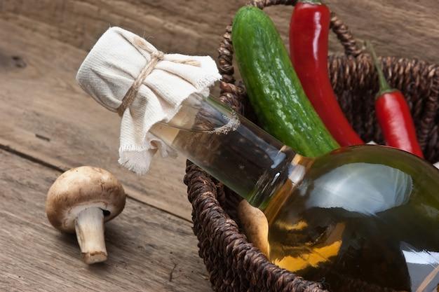 野菜とバスケットに食用油のボトル