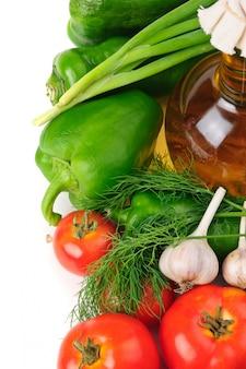 野菜とオイル、静物、白い背景で隔離のボトル