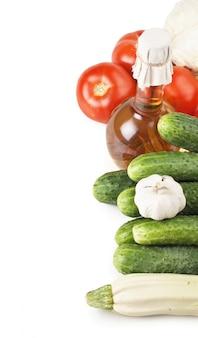 野菜と油のボトル、白い背景で隔離の静物