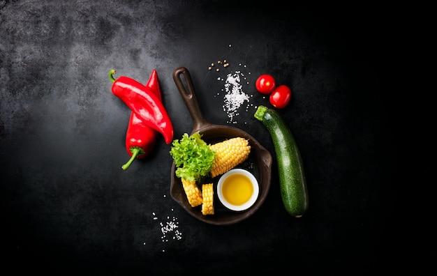 野菜と黒のテーブルの上に置いイタリアナイフ