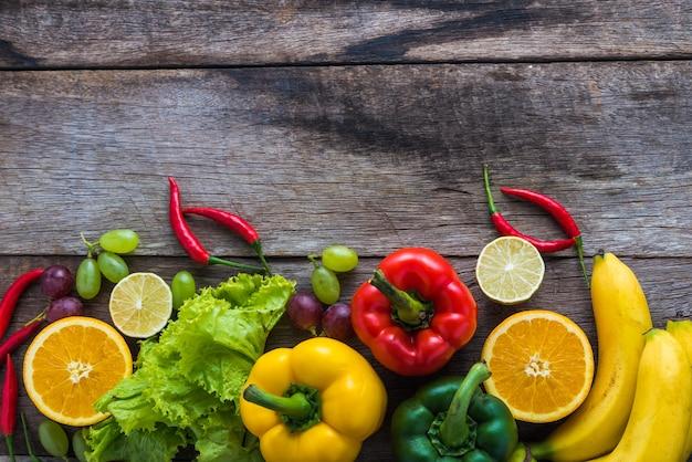 野菜と果物、木製のフィットネスディナー
