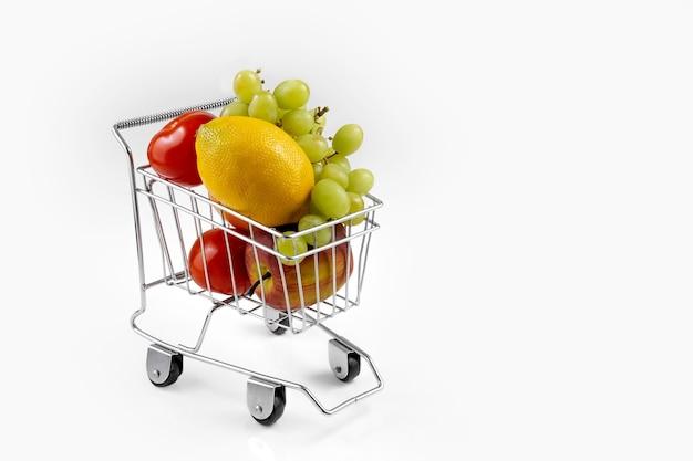 スーパーマーケットのバスケットに野菜や果物。