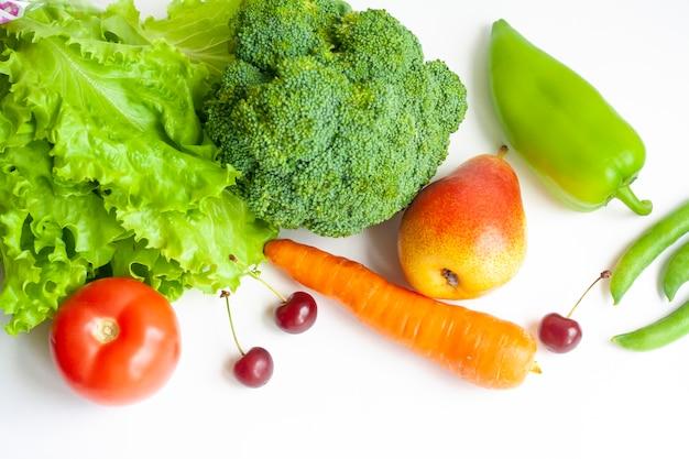 흰색 배경에 야채와 과일, 평평한 위치