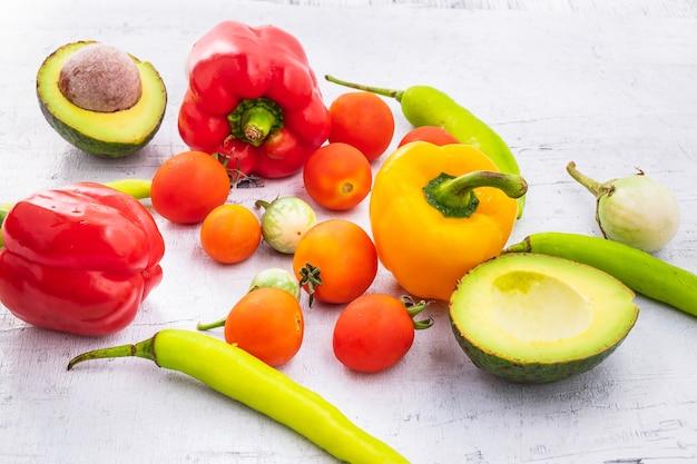 野菜と果物白い木製の背景に。