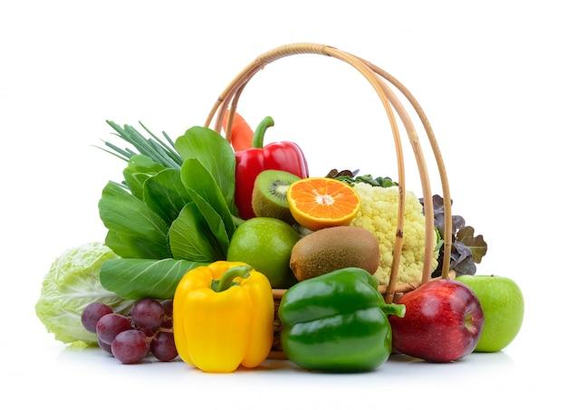 Овощи и фрукты на белом изолированные