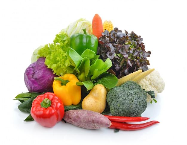 Овощи и фрукты на белой поверхности
