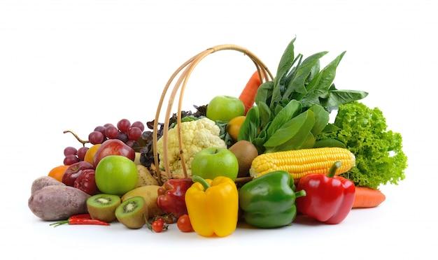 Овощи и фрукты на белом