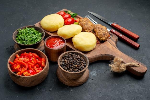 Овощи и ингредиенты за столом