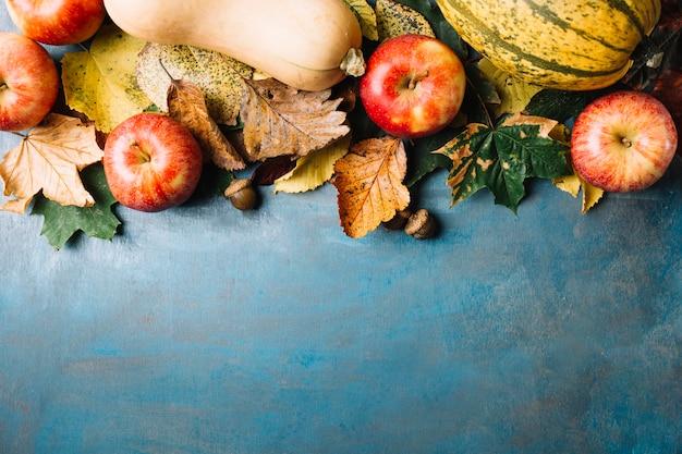 Овощи и листья на доске