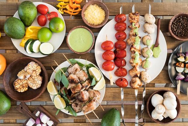 テーブルの上の野菜と肉の串焼き