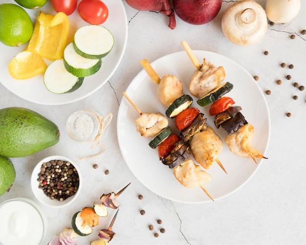 Вид сверху овощи и мясо шашлык