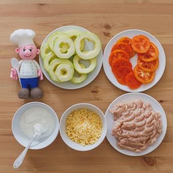 野菜や牛ひき肉、調理材料