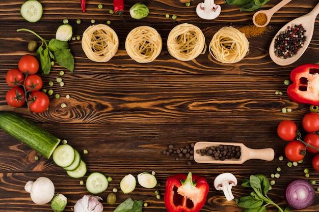野菜と木の板のパスタ。