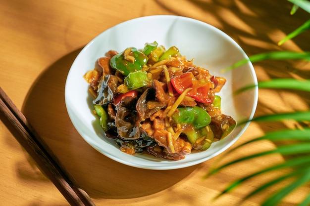 野菜と椎茸の甘酸っぱいソース。中華料理。