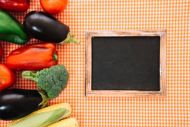 헝겊에 야채와 슬레이트