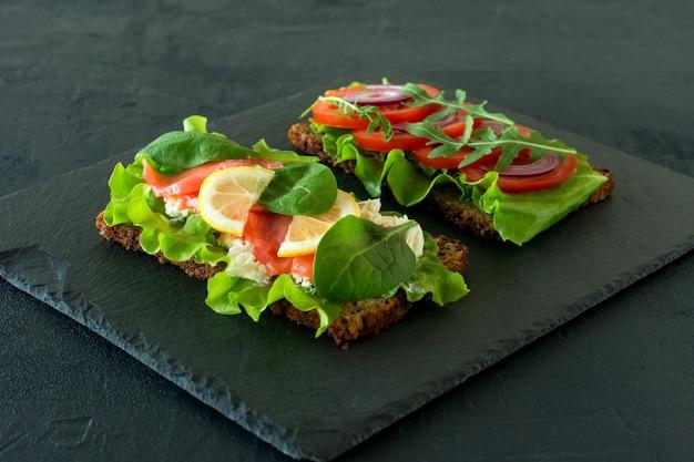 野菜とスモークサーモンのオープンサンドイッチ、カッテージチーズ、ラティス、トマト、レモン