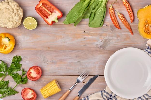 あなたのテキストのための野菜とスパイスのヴィンテージボーダーとスレートプレート