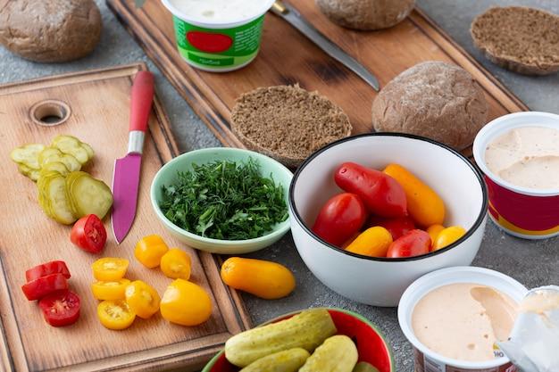 Овощи и спред для веганских бутербродов