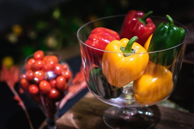 野菜とベジタリアンダイエットのコンセプトです。ガラスのボウルに甘い味のピーマン。
