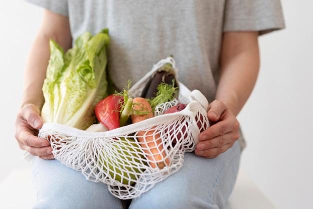 섬유 가방에 야채 배열