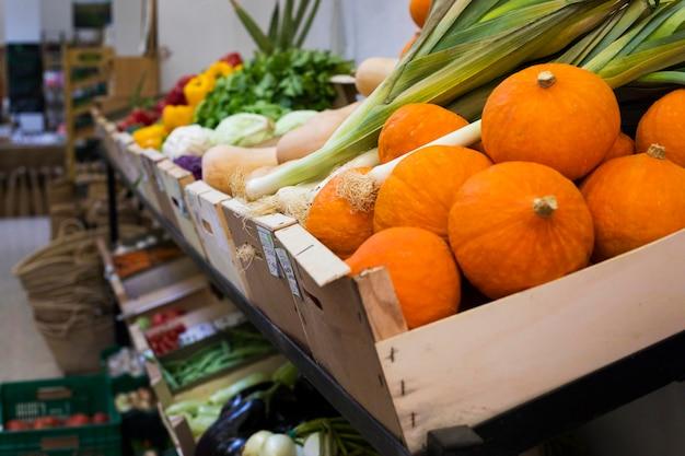市場での野菜の配置
