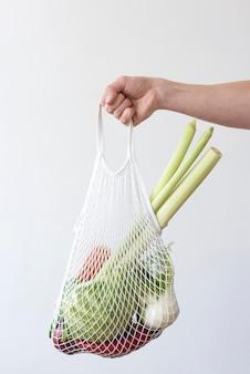 Disposizione delle verdure in un sacchetto di tessuto
