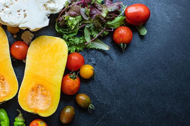 さまざまな野菜の品揃えとカボチャの材料ケトまたは古ダイエットのセット